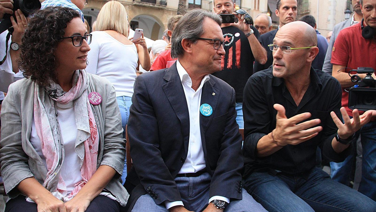 Unes 3.500 persones van omplir ahir la plaça de la Vila de Vilanova i la Geltrú per escoltar Mas, Romeva i Marta Rovira.