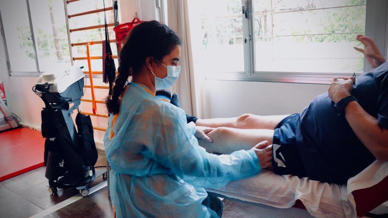 Lina Rahou treballant de fisioterapeuta