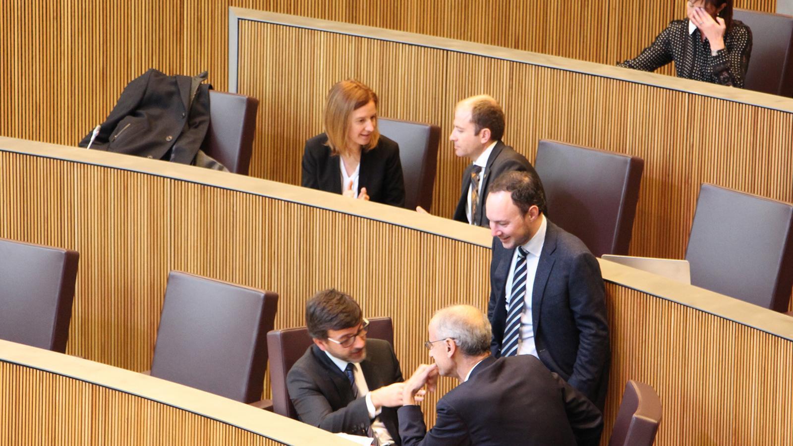 Els ministres de Finances, Jordi Cinca, i Afers Socials, Justícia i Interior, Xavier Espot, conversen amb el cap de Govern, Toni Martí, durant una pausa en la sessió de Consell General. M. F. (ANA)