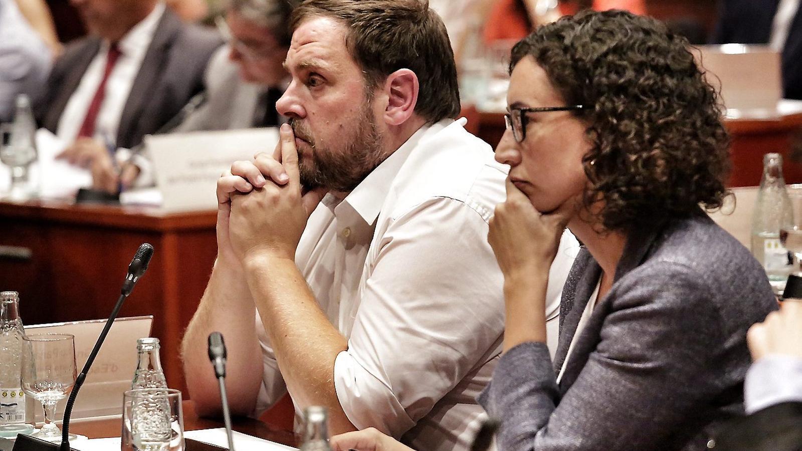 El president d'ERC, Oriol Junqueras, i la secretària general dels republicans,  Marta Rovira, ahir durant la compareixença d'Artur Mas al Parlament.