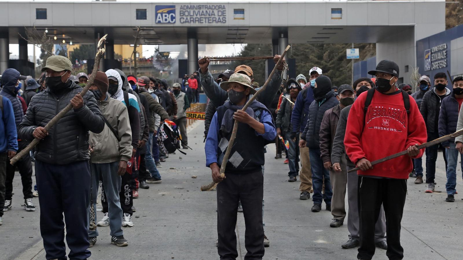 Manifestants, armats amb pals, en un dels talls a les carreteres de Bolívia