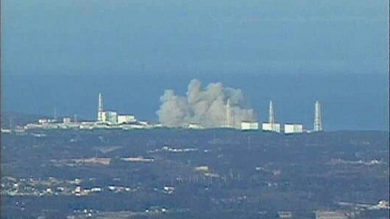 El fum que ha desprès una de les plantes nuclears de Fukushima després de l'explosió / REUTERS