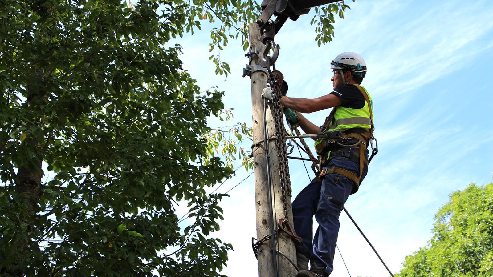 Un operari tallant els cables de la línia aèria. / M. F. (ANA)