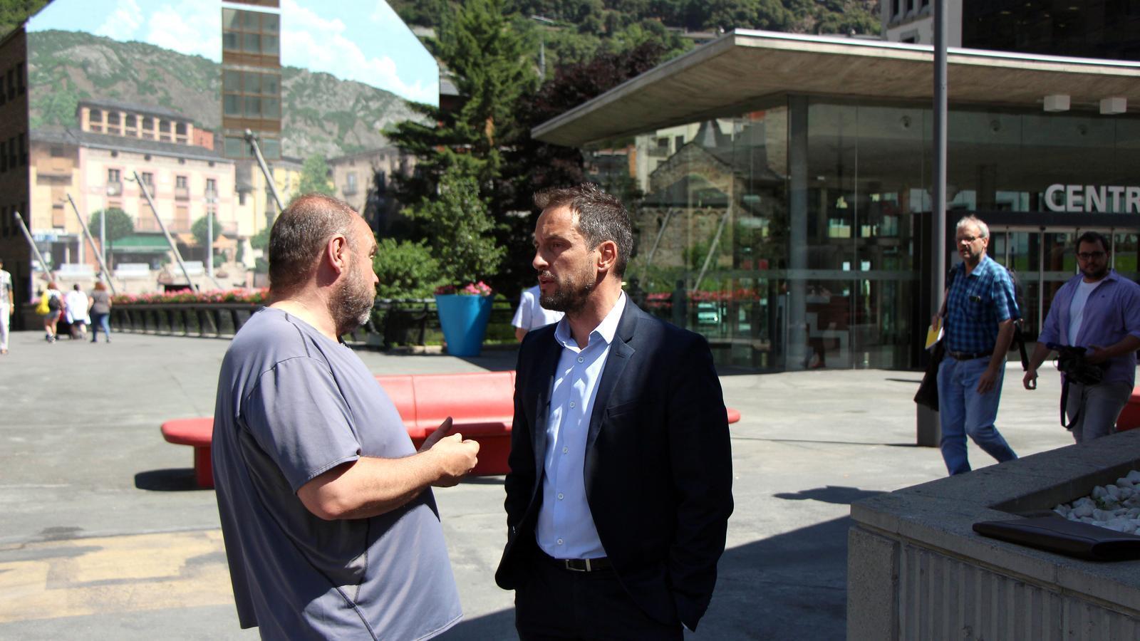 El secretari general de l'USdA, Gabriel Ubach, conversa amb el president del Partit Socialdemòcrata, Pere L ópez. / C.G.