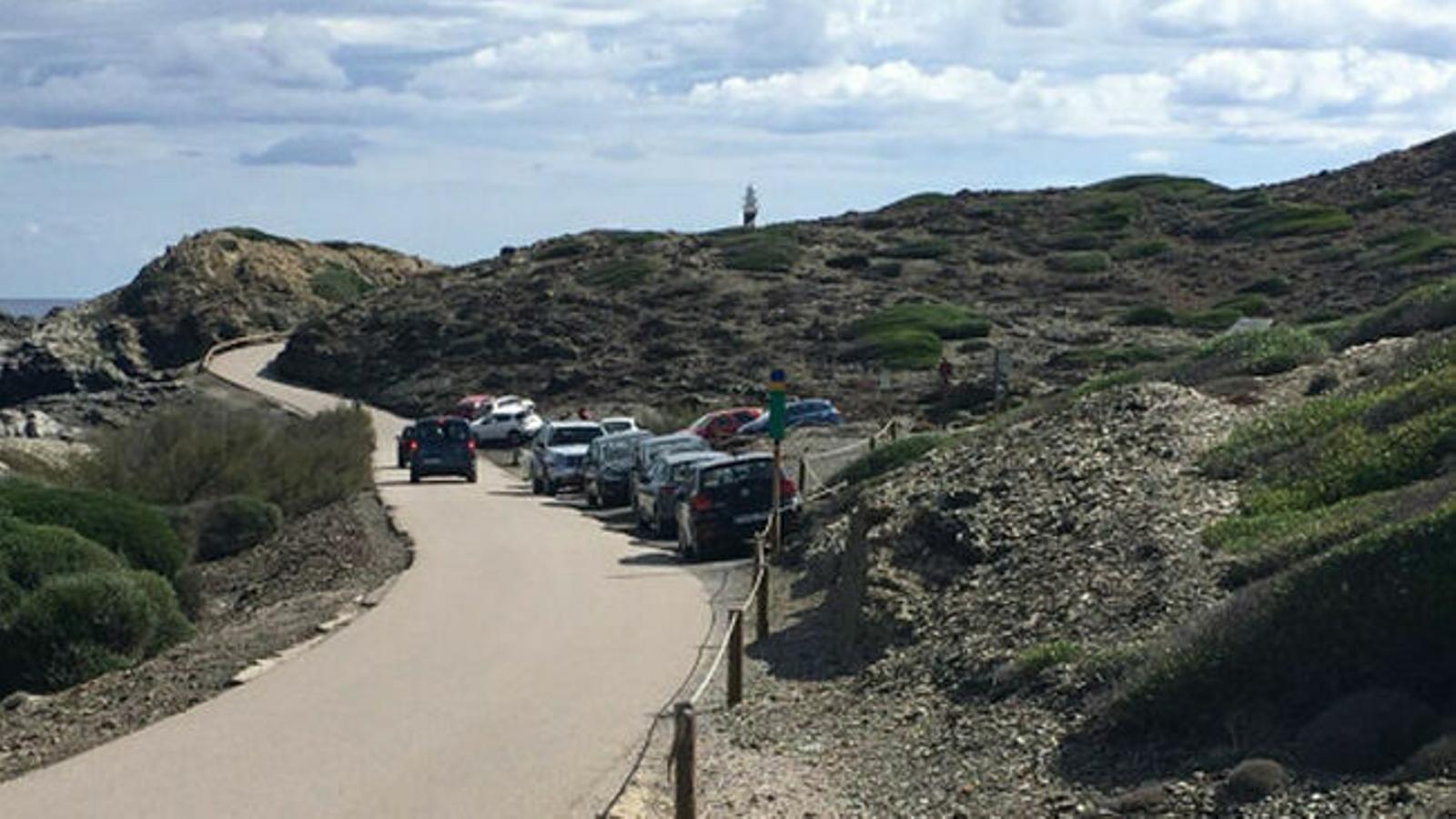 L'estacionament de vehicles a Favàritx va saturar una zona protegida i obligà a les administracions a prendre mesures.