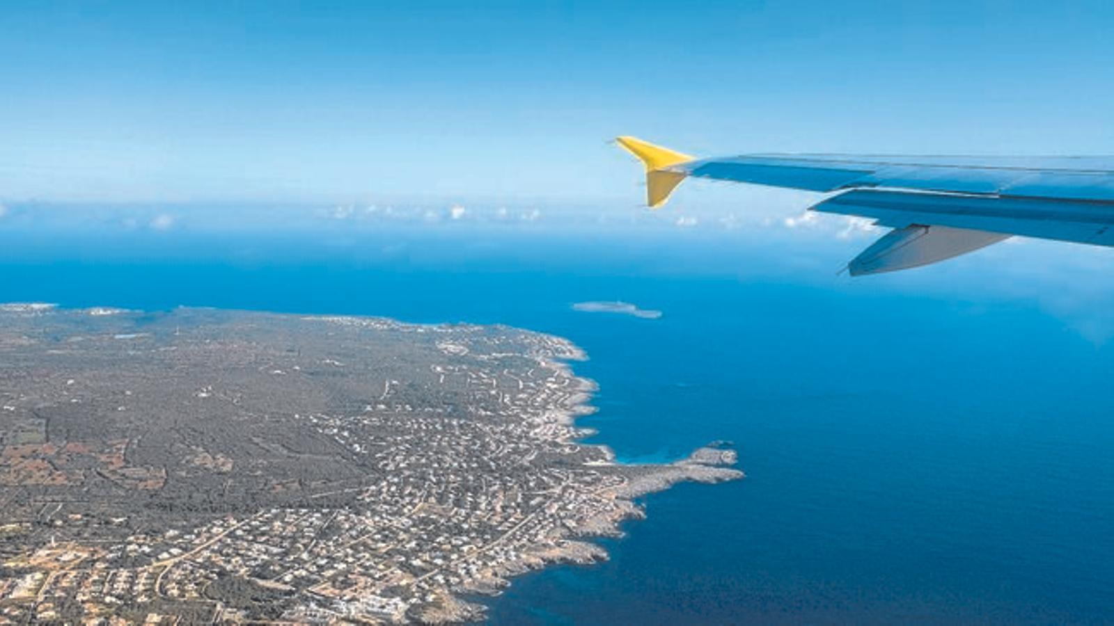 Vueling és en aquests moments l'única companyia aèria que cobreix la ruta amb la capital catalana.