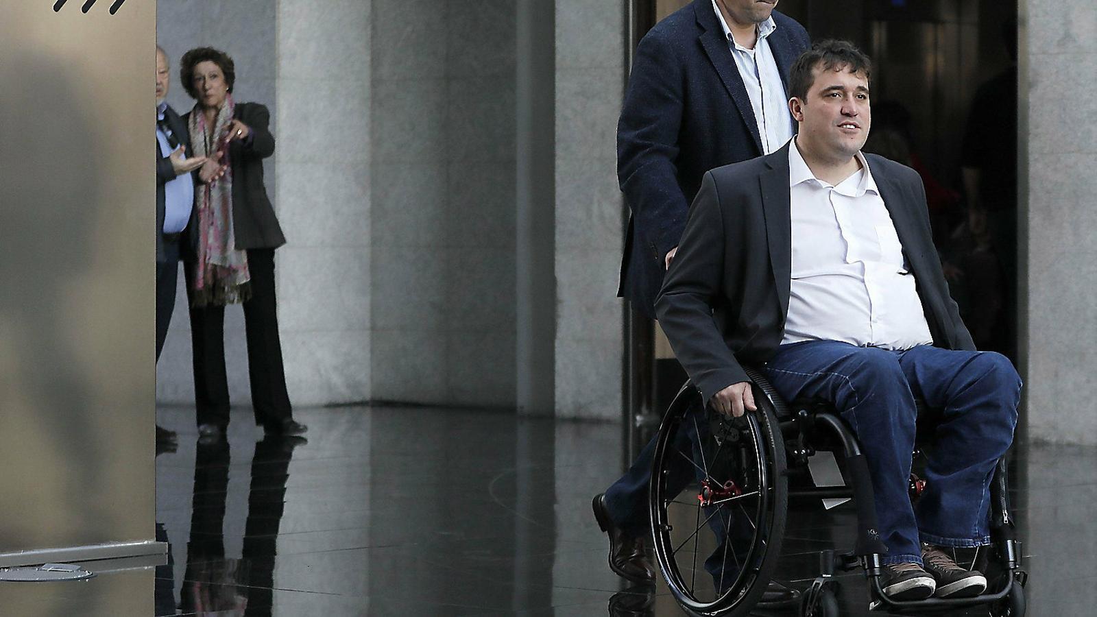 Puigdemont s'imposa i pren  el control de JxCat al Congrés