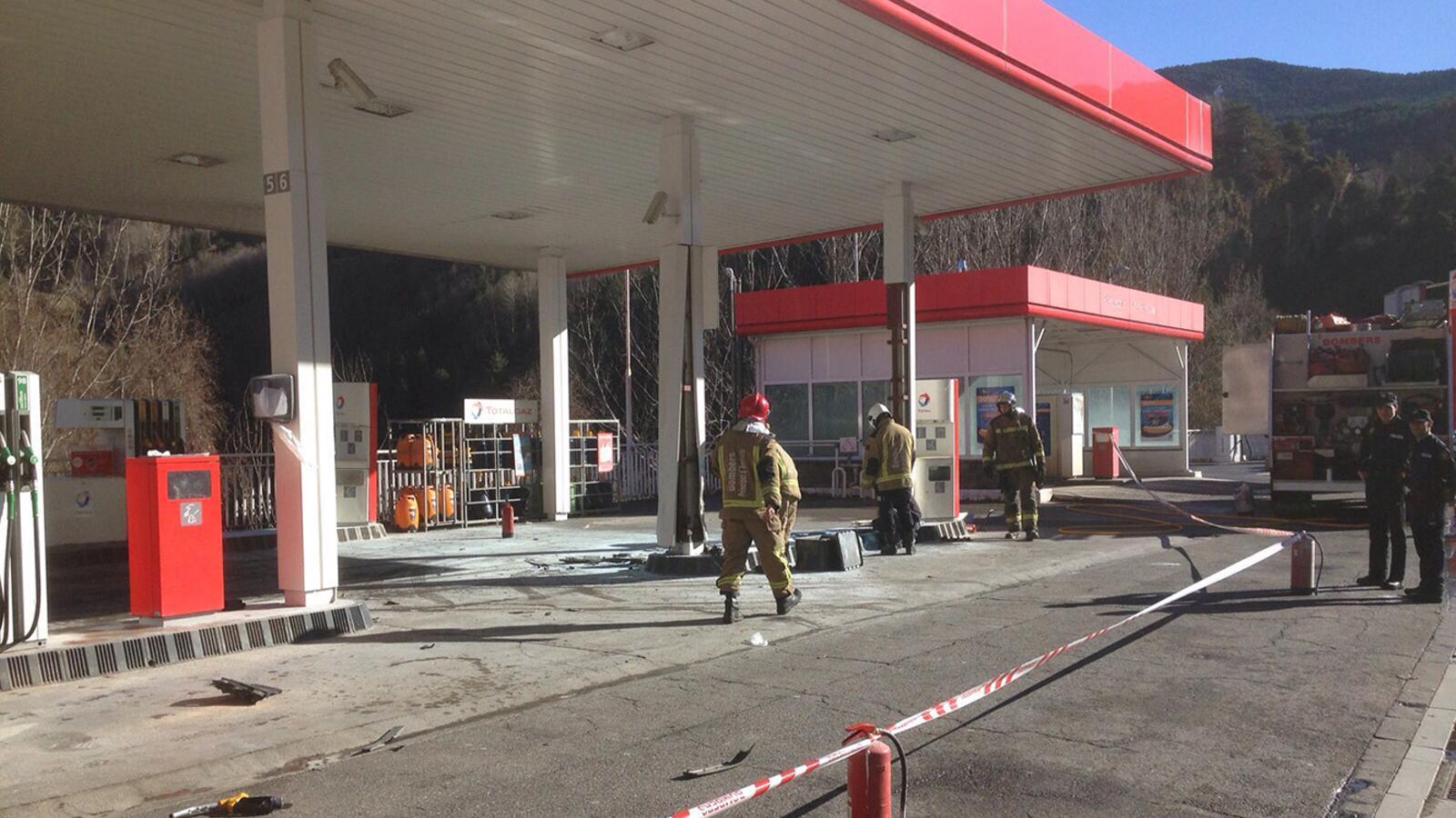Els Bombers extingeixen ràpidament un foc a la benzinera Total de l'entrada sud de la Massana