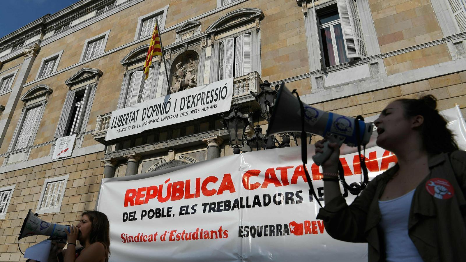 Una de les manifestants que va concentrar-se ahir a la plaça Sant Jaume de Barcelona.