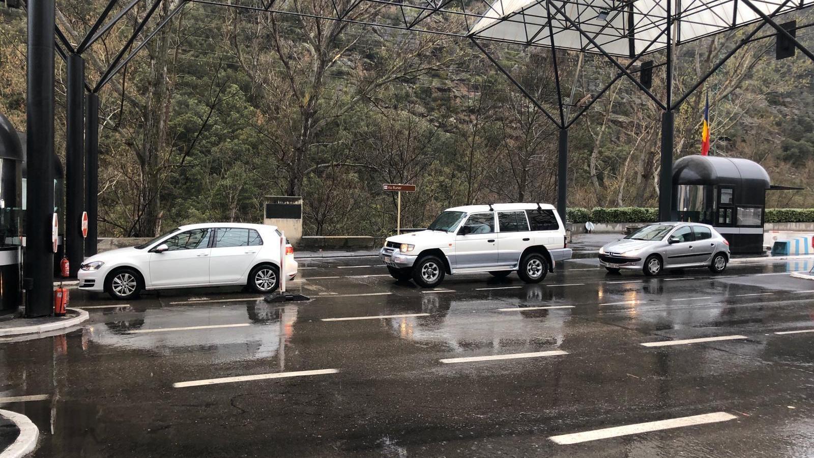 Cua de cotxes a la frontera del riu Runer. / A. S.