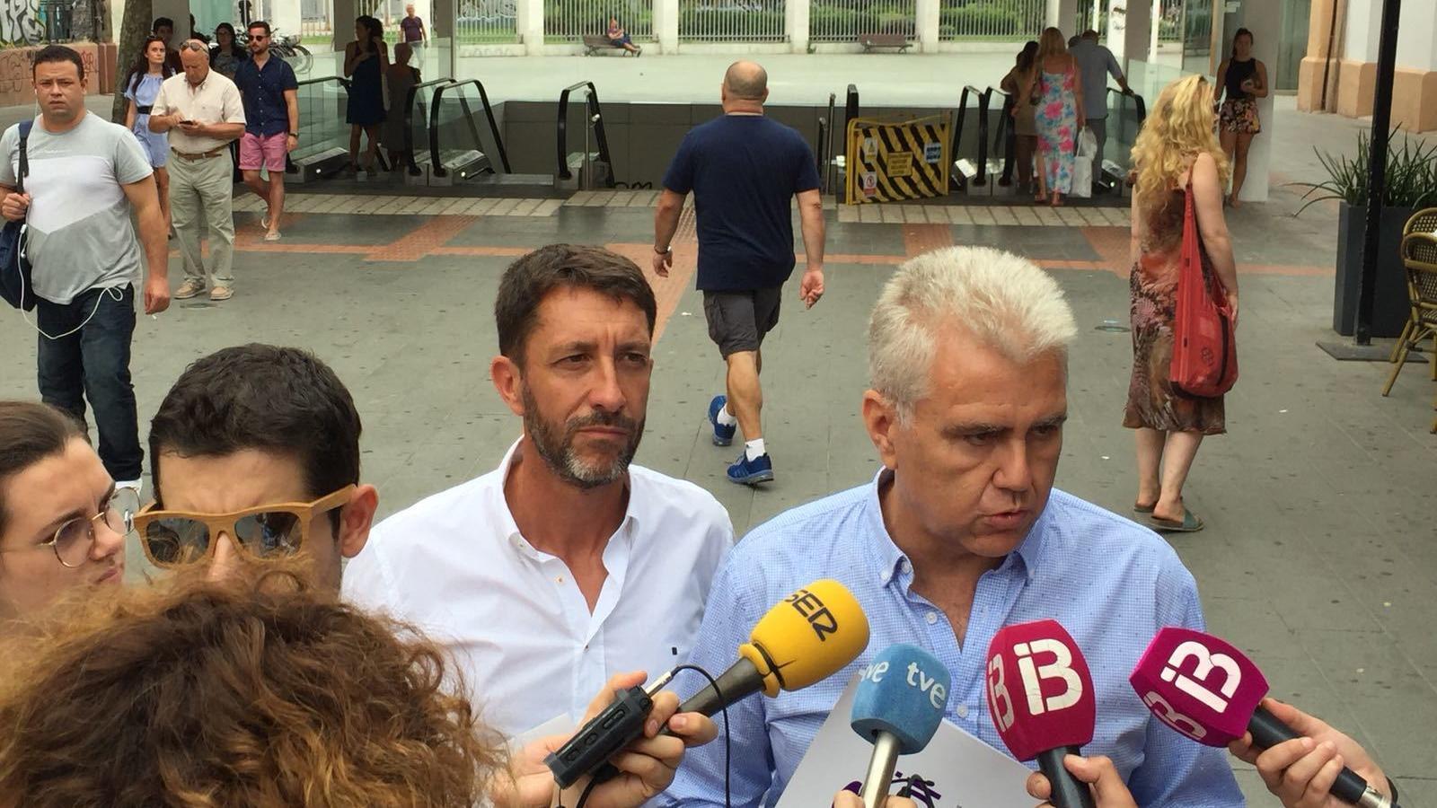 El secretari general d'El Pi, Josep Melià, a l'entrada de l'Estació Intermodal de Palma.