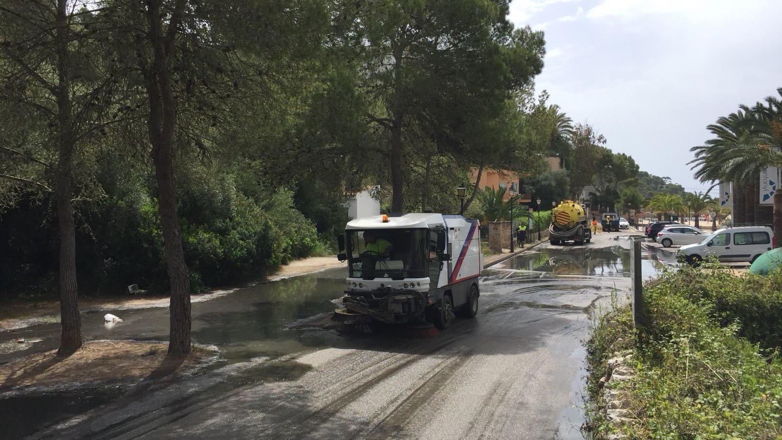 La brigada municipal ha retirat les aigües fecals que s'han embassat a la zona de l'aparcament.