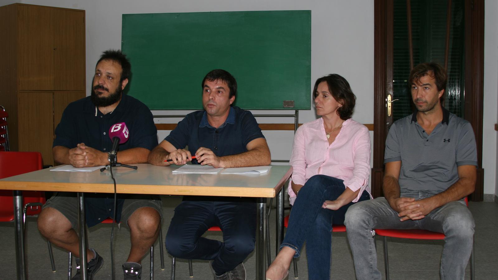 Representants d'un sector de socis durant la roda de premsa al Centre Parroquial.