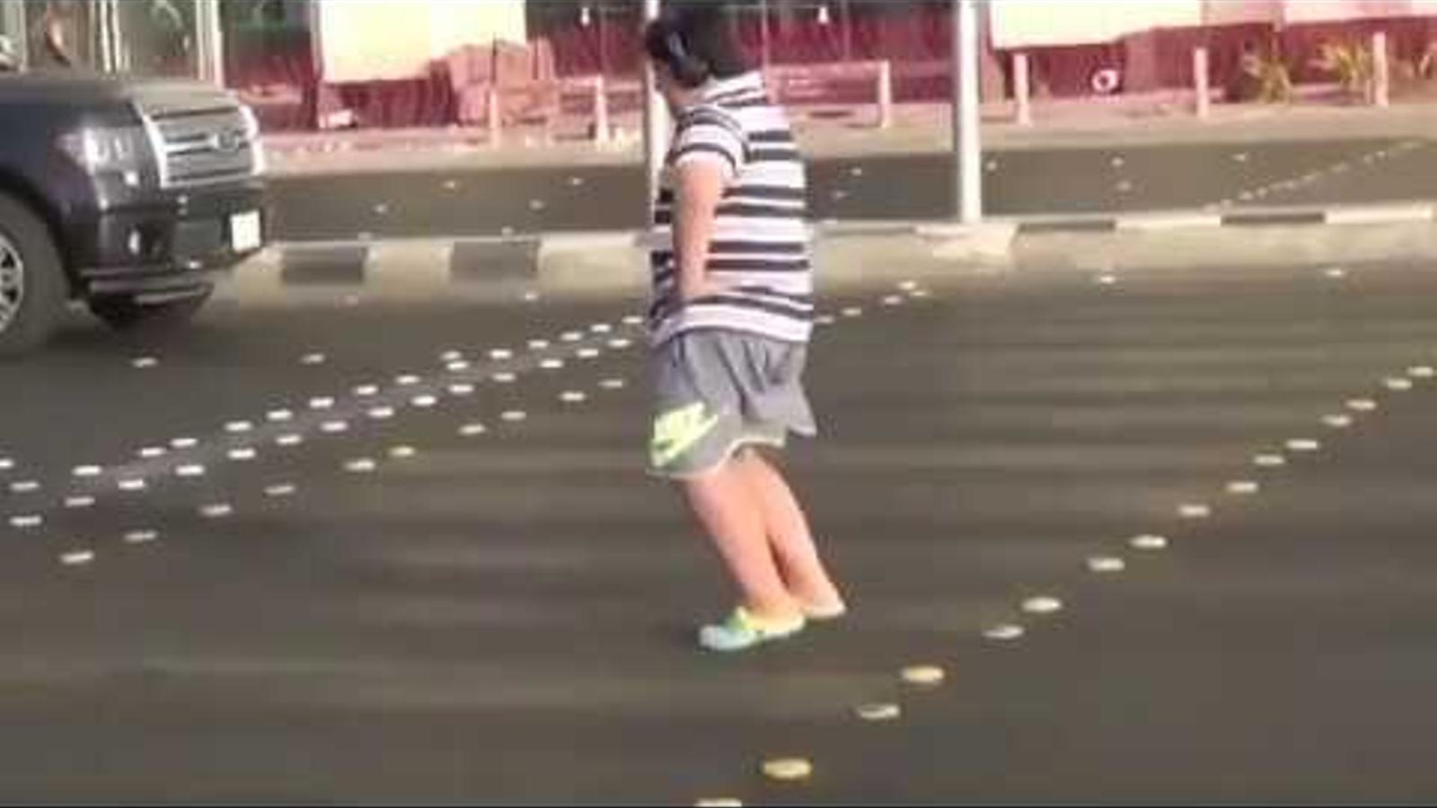 Un adolescent balla al ritme de la Macarena en un pas de vianants, a la ciutat saudita de Yeda