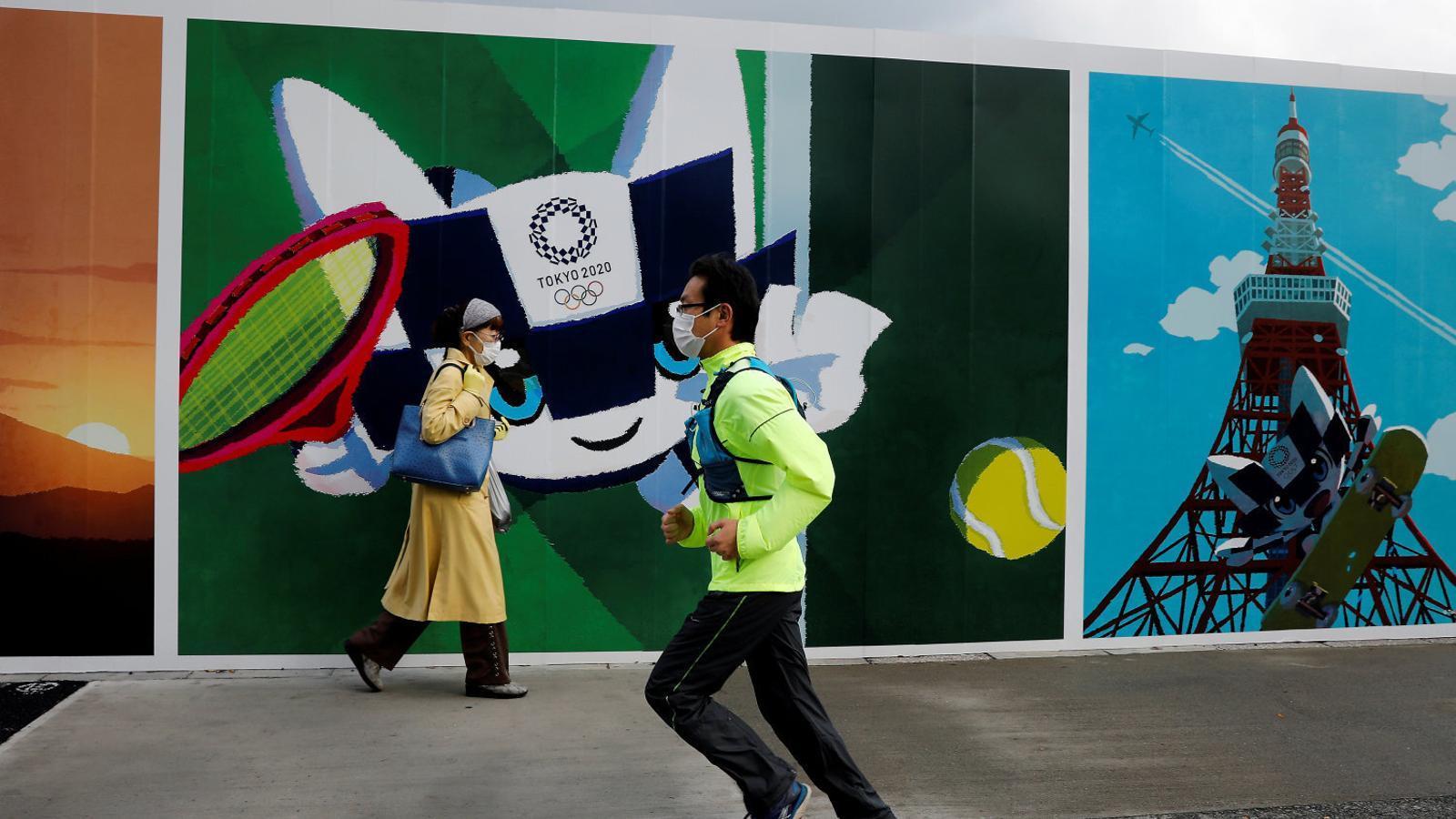 Un home fent esport amb mascareta a Tòquio, la ciutat que segueix preparant-se per als Jocs.