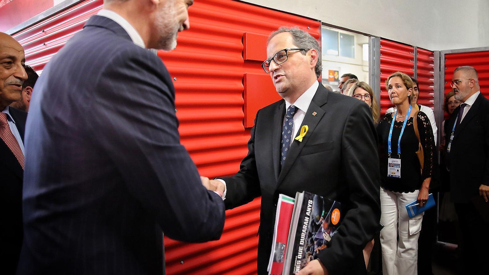 El president, Quim Torra, entregant els informes del Síndic de Greuges al rei FelipVI a Tarragona.