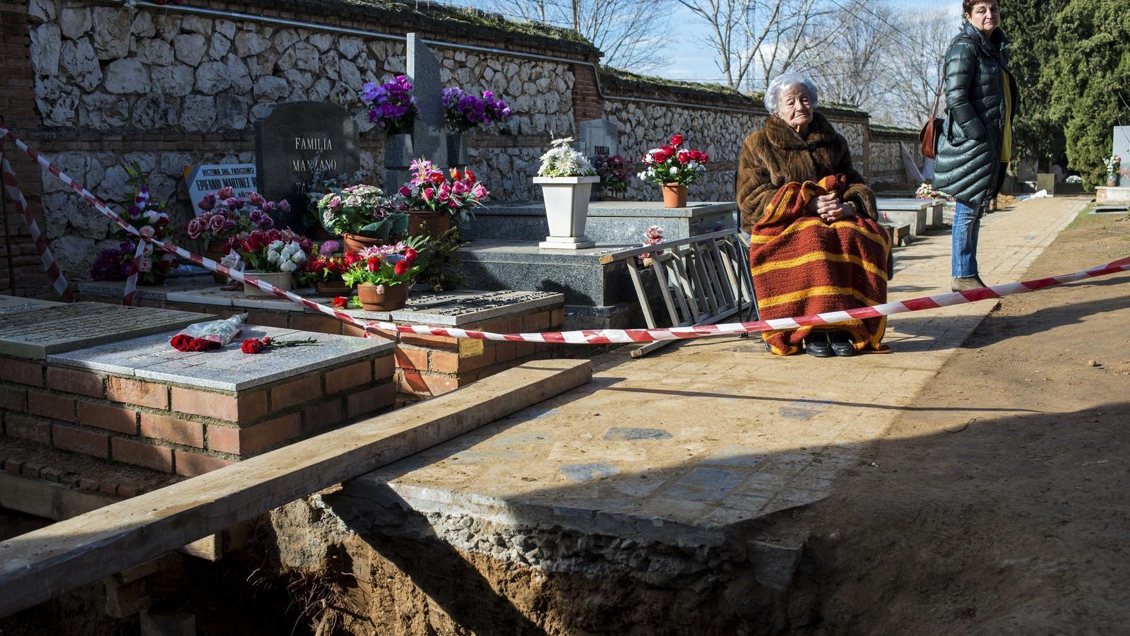 Ascención Mendieta amb la seva filla davant la tomba del seu pare, líder de la UGT i executat el 16 de novembre del 1939 al cementiri de Guadalajara. Va ser un dels 822 executats entre el 1939 i el 1944 en aquest cementiri