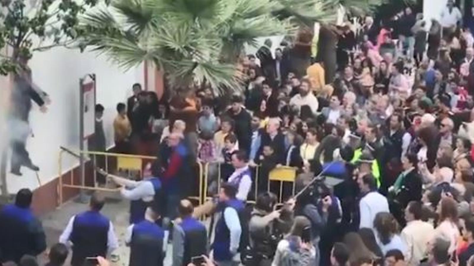 """Captura del vídeo en què es veu com es tiroteja i es crema el ninot de Carles Puigdemont en la tradicional """"crema de Judes"""" de Coripe, a Andalusia"""