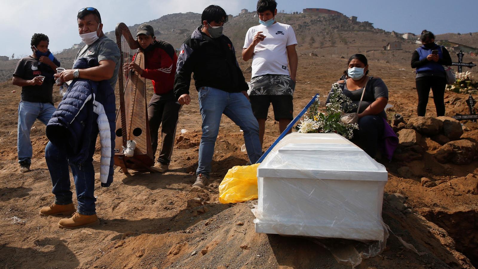 Enterrament a Lima d'un mort pe covid-19.