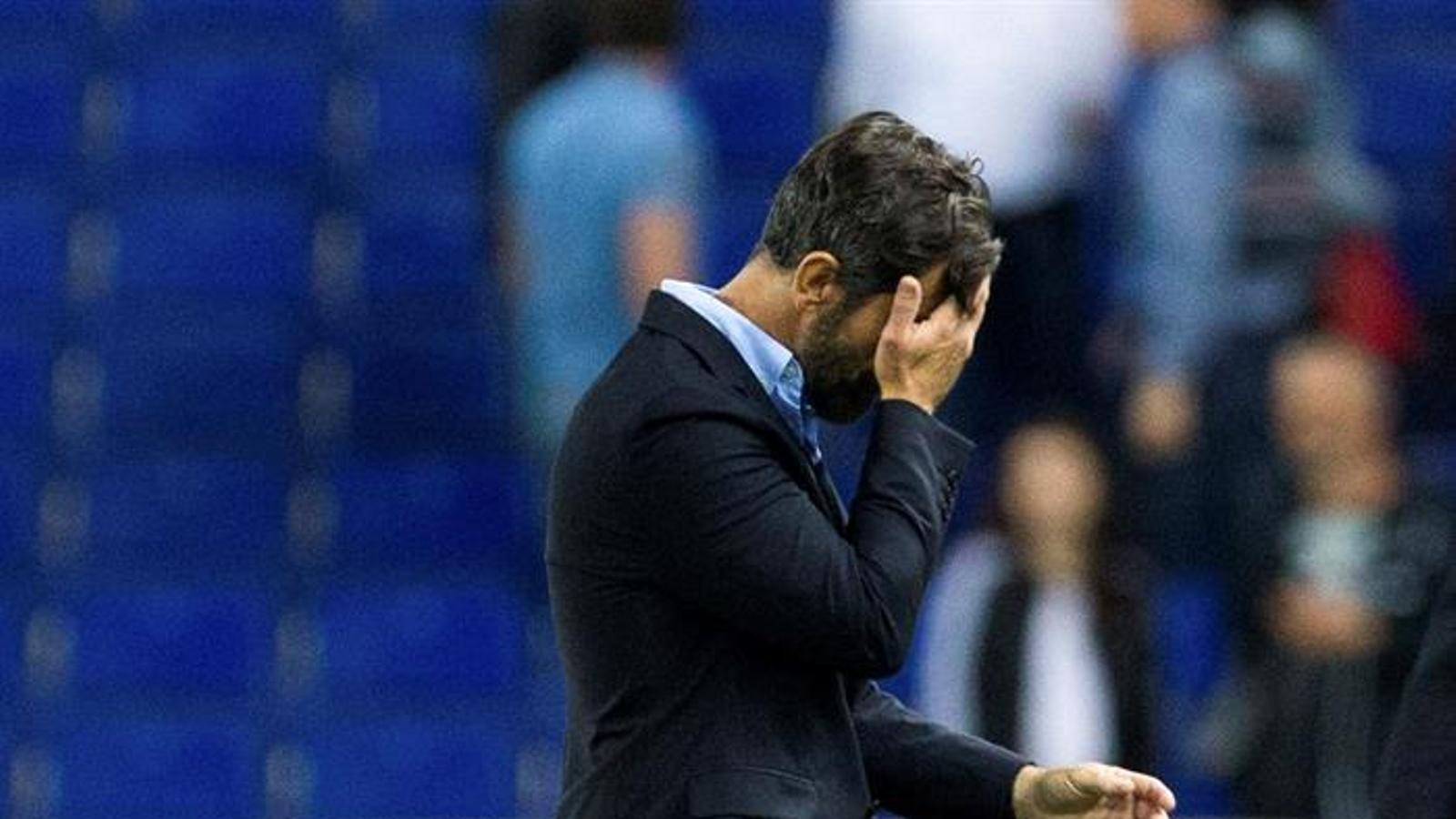 Quique Sánchez Flores marxa del camp capcot després de caure amb l'Eibar