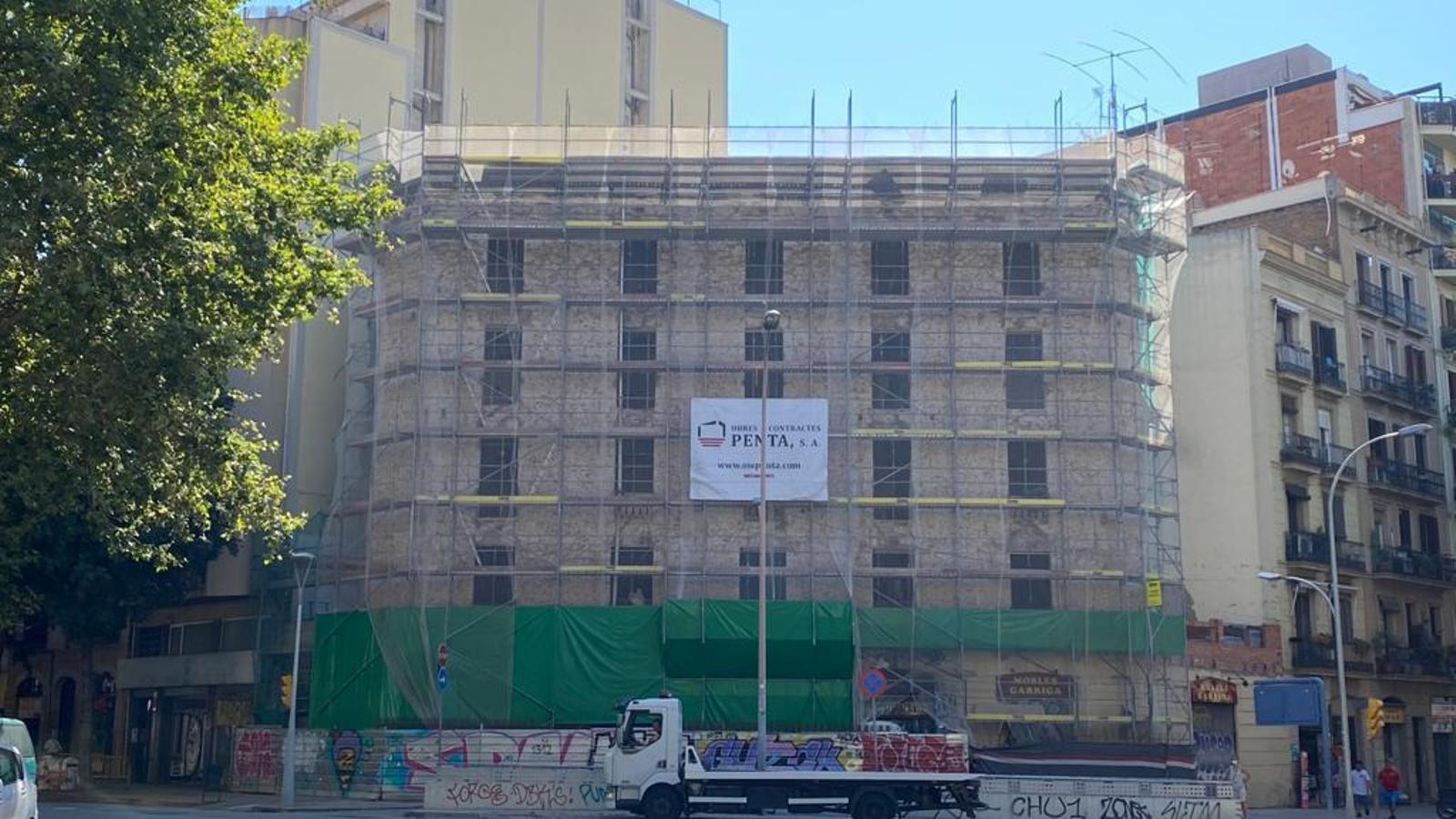 L'edifici de l'antiga Carboneria ja sense la pintada de la façana