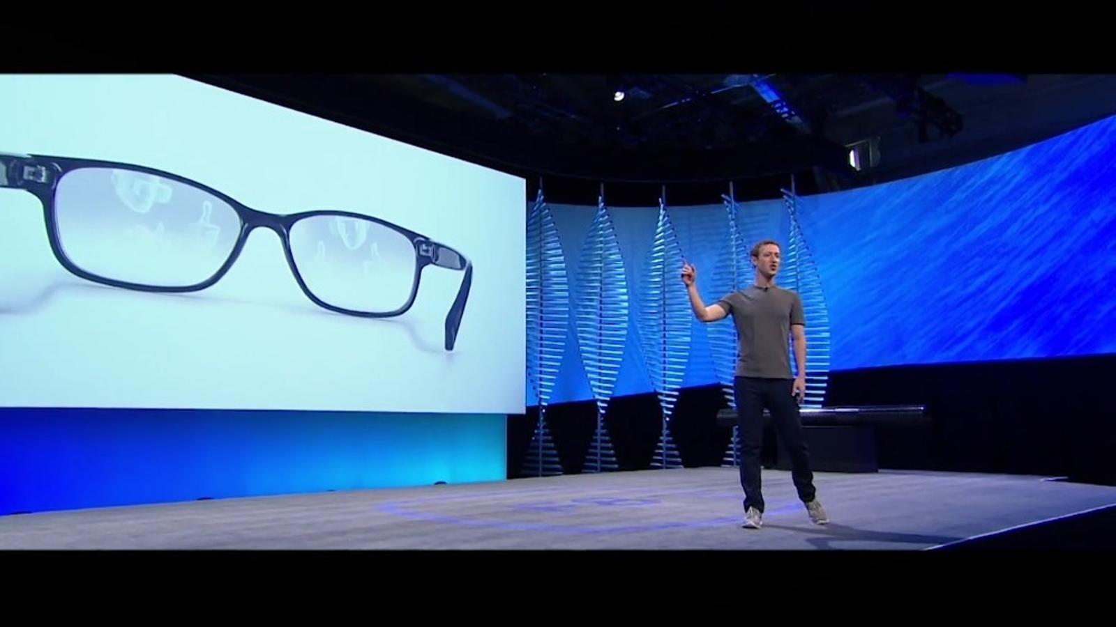 Zuckerberg creu que, d'aquí a 10 anys, unes ulleres de realitat virtual seran com unes ulleres normals. / FACEBOOK