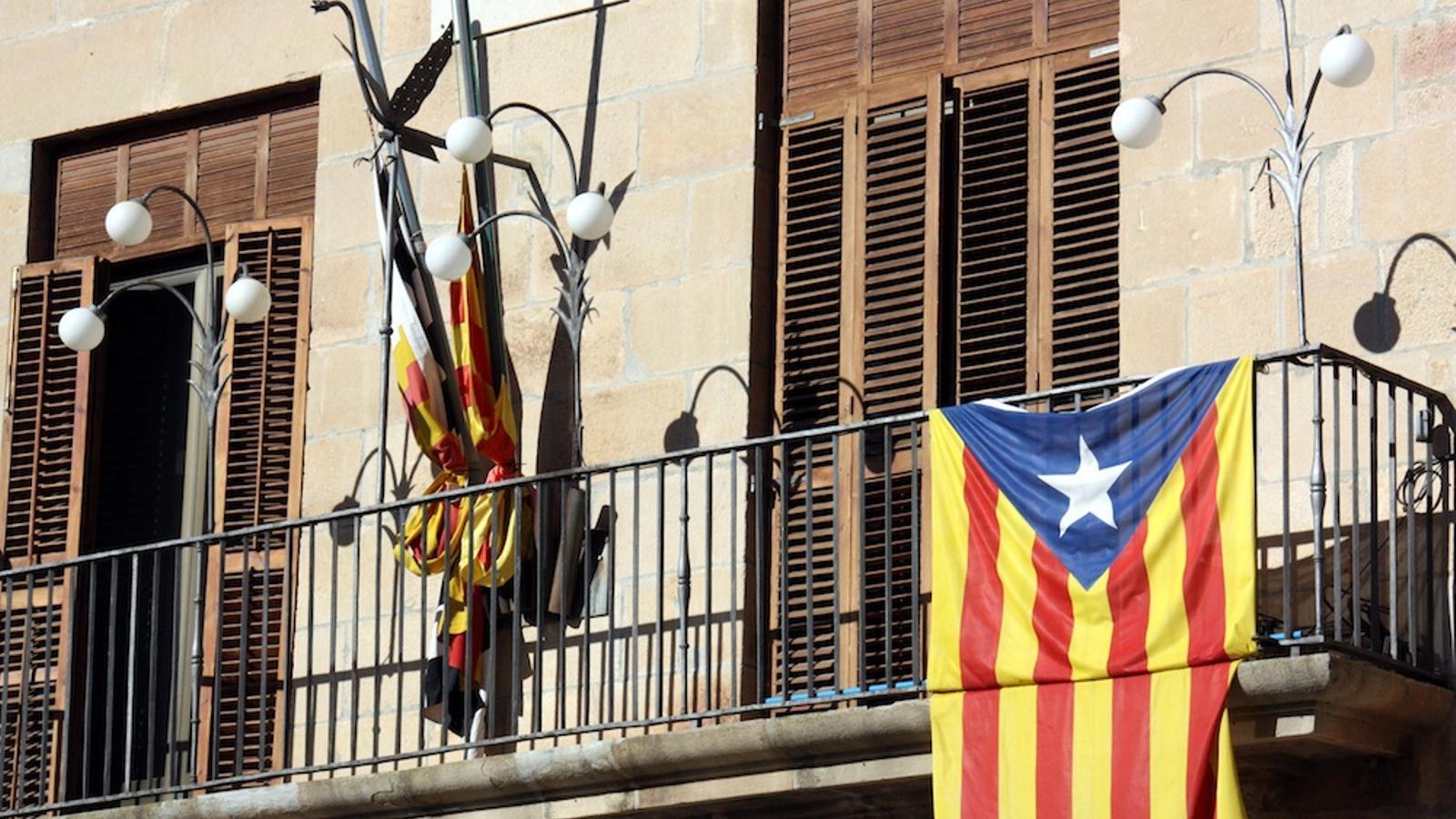 La bandera estelada penjada al balcó de l'Ajuntament de Tàrrega / ACN