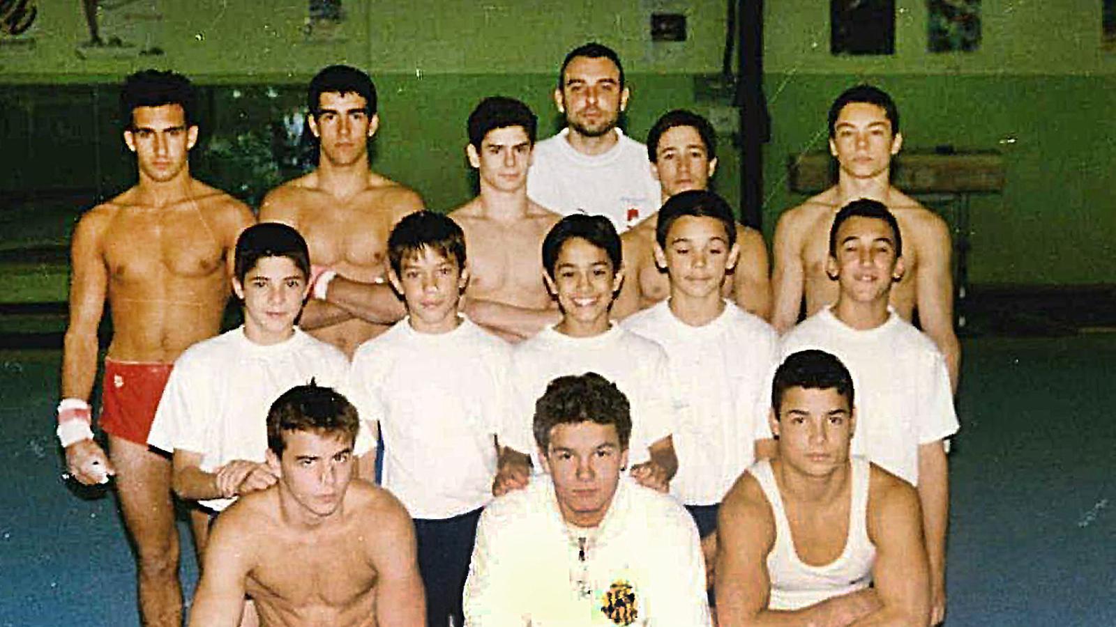Una imatge d'adolescència. Deferr, a la fila de baix, a la dreta i amb els braços creuats. Víctor Cano, el primer per la dreta a la fila de dalt.