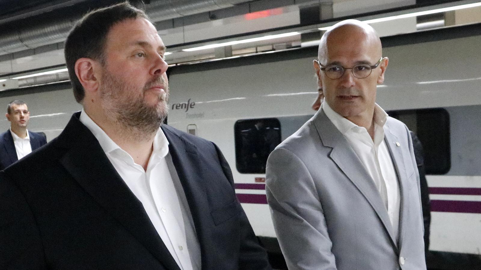El vicepresident econòmic del Govern, Oriol Juqnueras, i el conseller d'Afers Exteriors, Raül Romeva, en una imatge d'arxiu