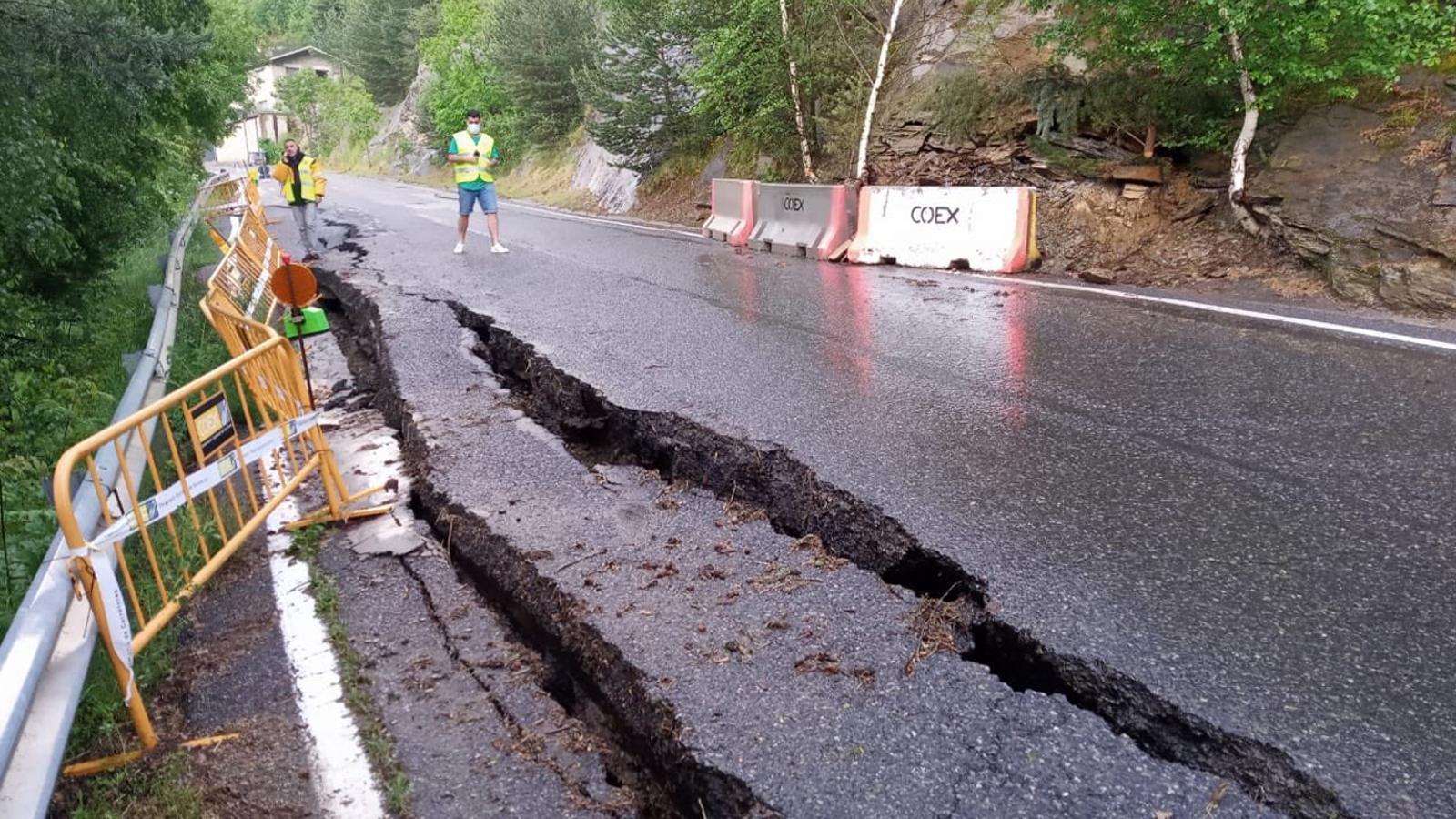 La carretera d'Aixirivall tallada després de l'aparició de dues esquerdes. / COMÚ DE SANT JULIÀ DE LÒRIA