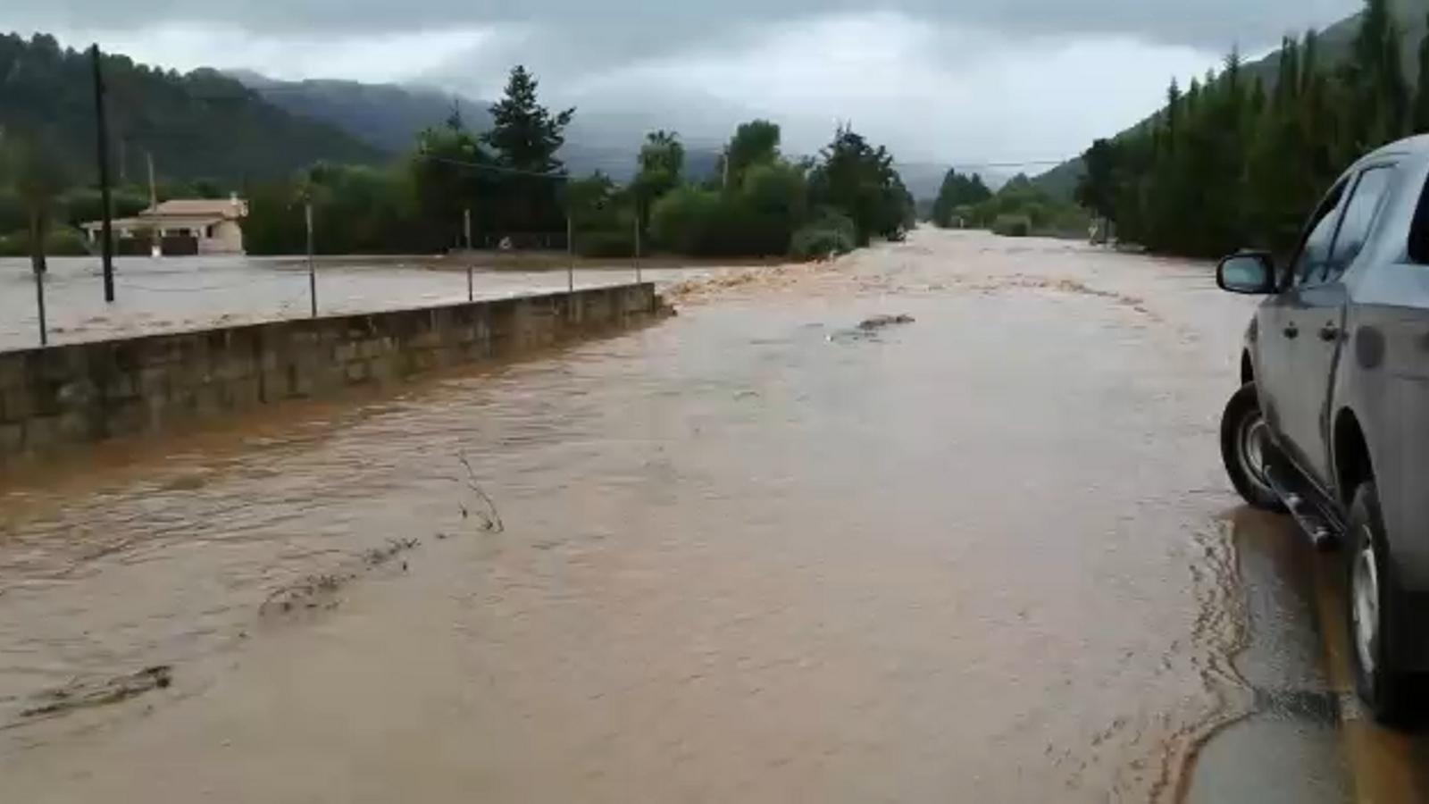 La pluja desborda el torrent de l'Erbossar i obliga a tallar tres carreteres de Pollença