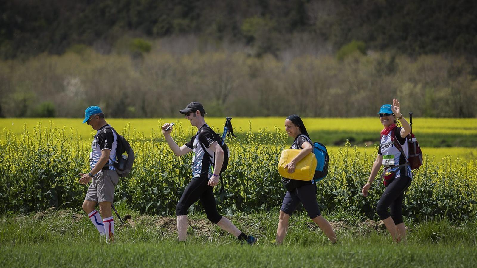 Quatre dels participants de l'Oxfam Intermón Trailwalker durant la cinquena edició de la prova solidària.
