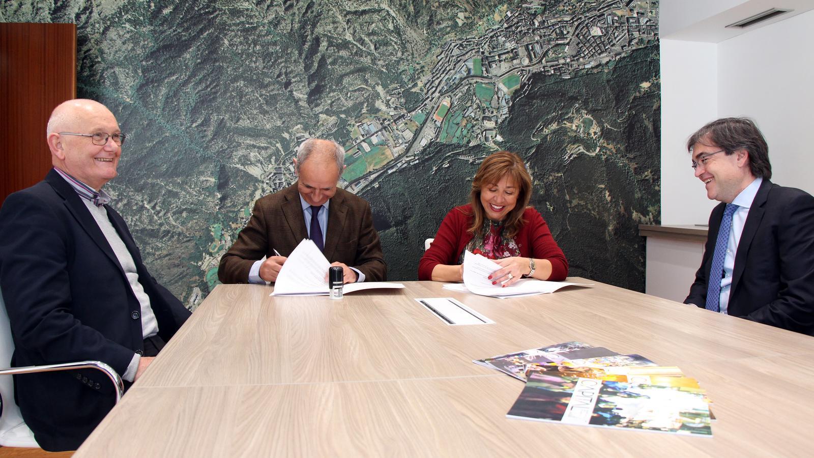 El director general del British College a Andorra, Rafael Valverde, i la cònsol major d'Andorra la Vella, Conxita Marsol, signen l'acord per la concessió de les instal·lacions de l'hostal de la Comella. / C.G. (ANA)