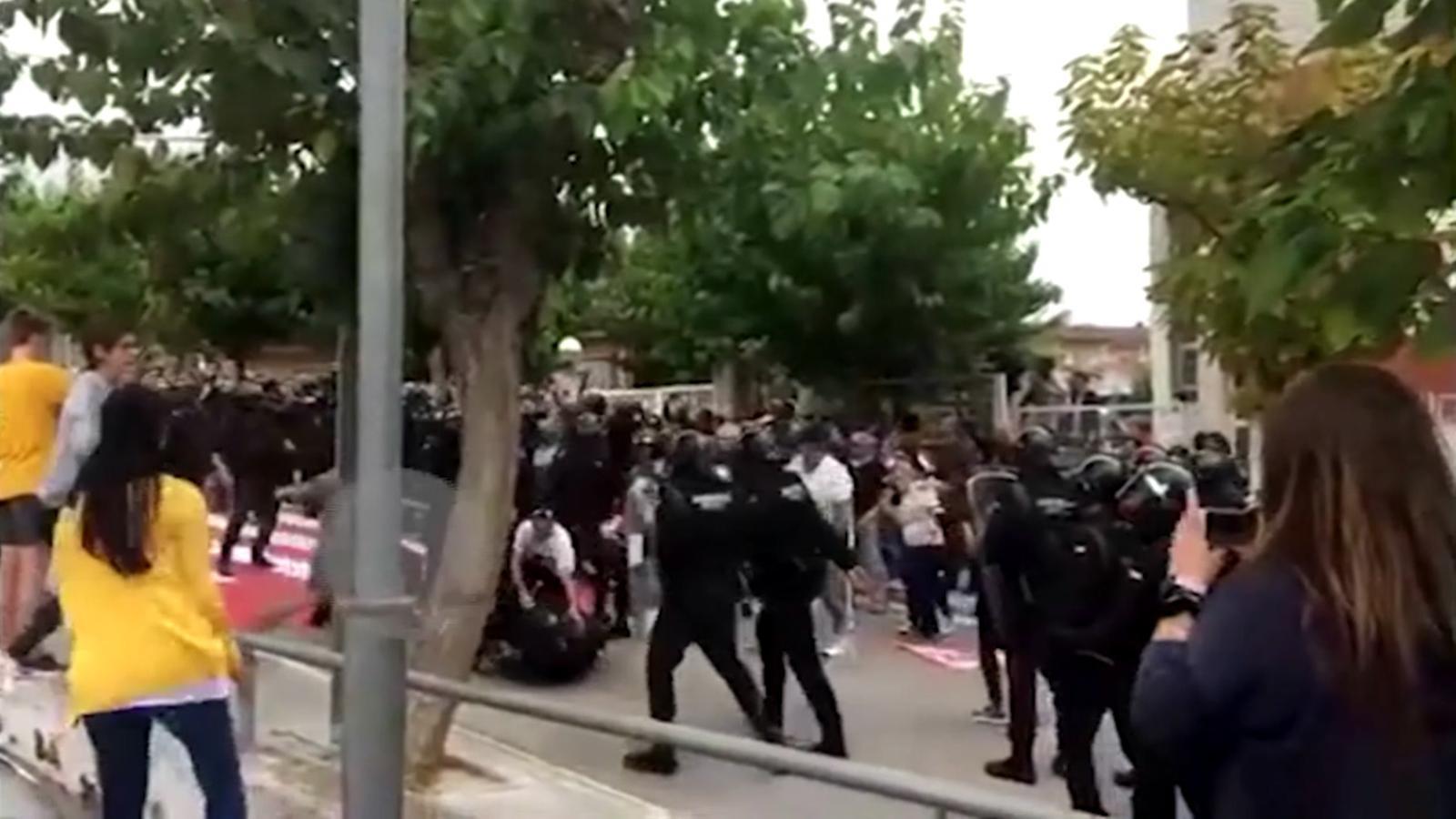 Imatges de dues agressions amb una puntada de peu a agents de la Guàrdia Civil el passat 1-O a Sant Esteve Sesrovires
