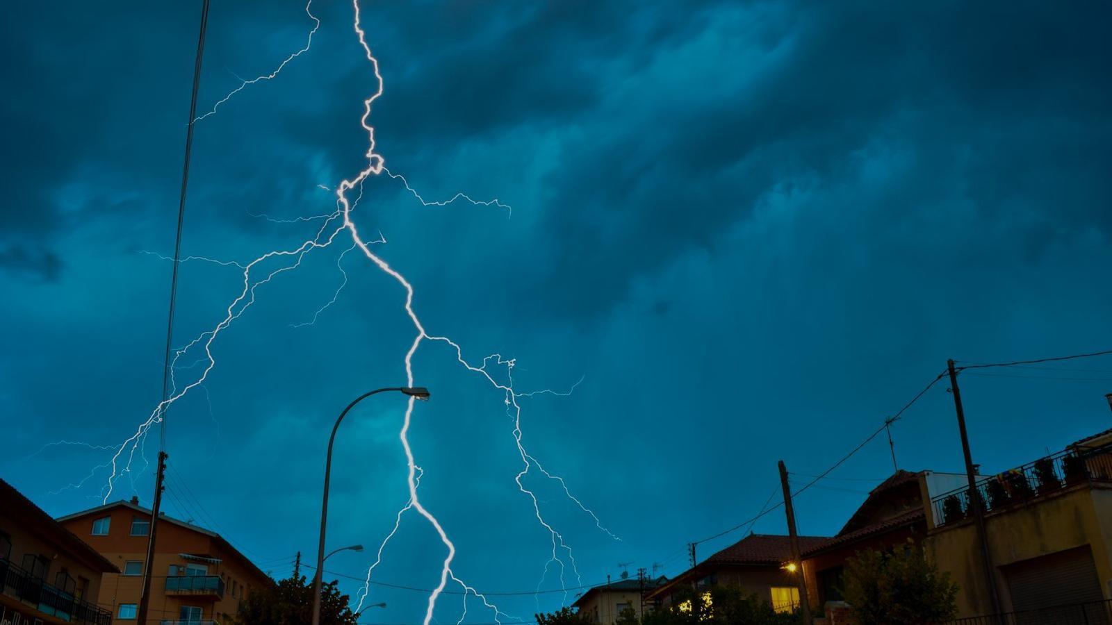 Galeria d'imatges d'una nit de tempestes i d'una sortida de sol ben rogenca