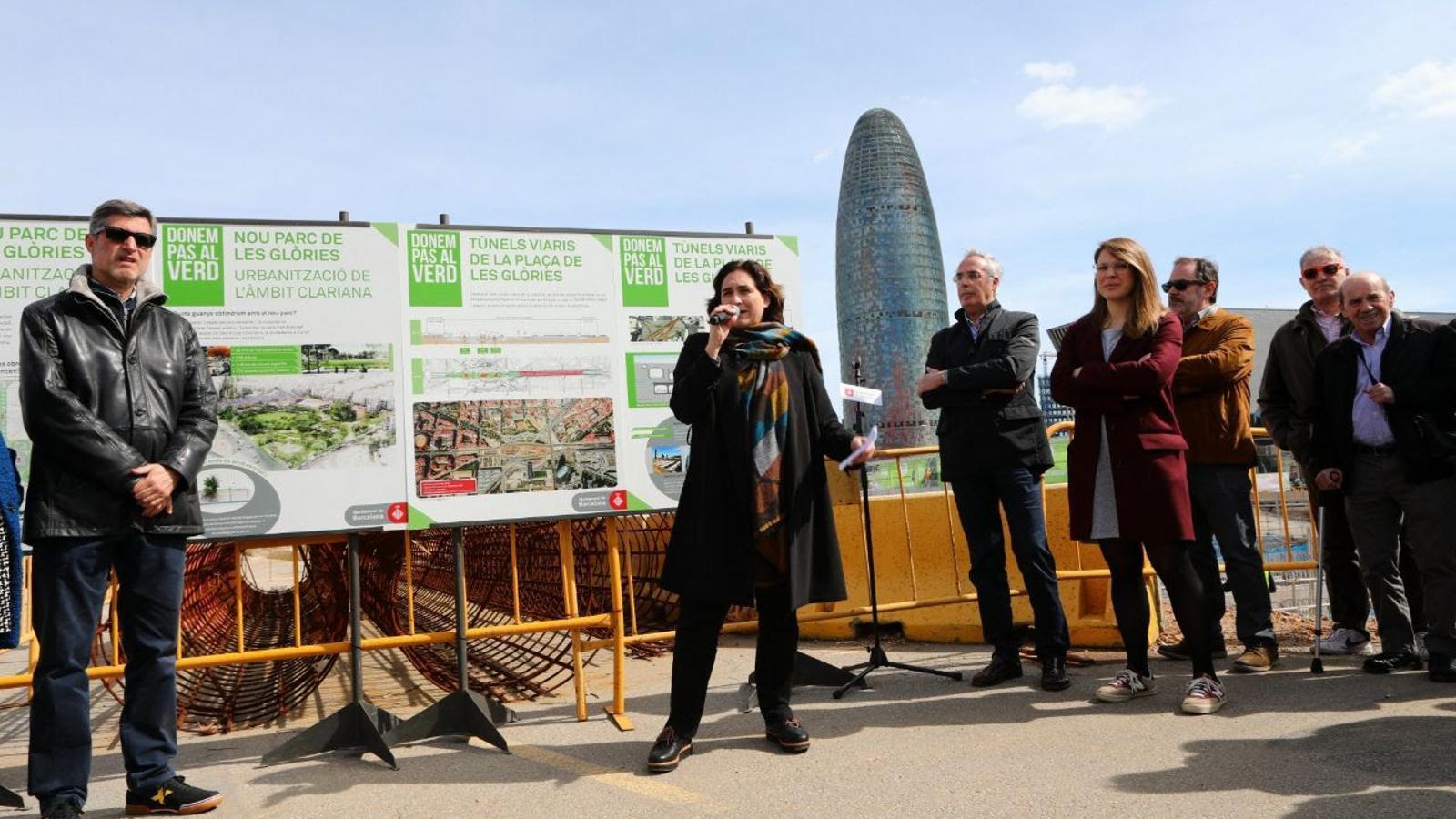 L'alcaldessa de Barcelona, Ada Colau, i la tinenta d'alcalde d'Urbanisme, Janet Sanz, han visitat les obres aquest dissabte al matí