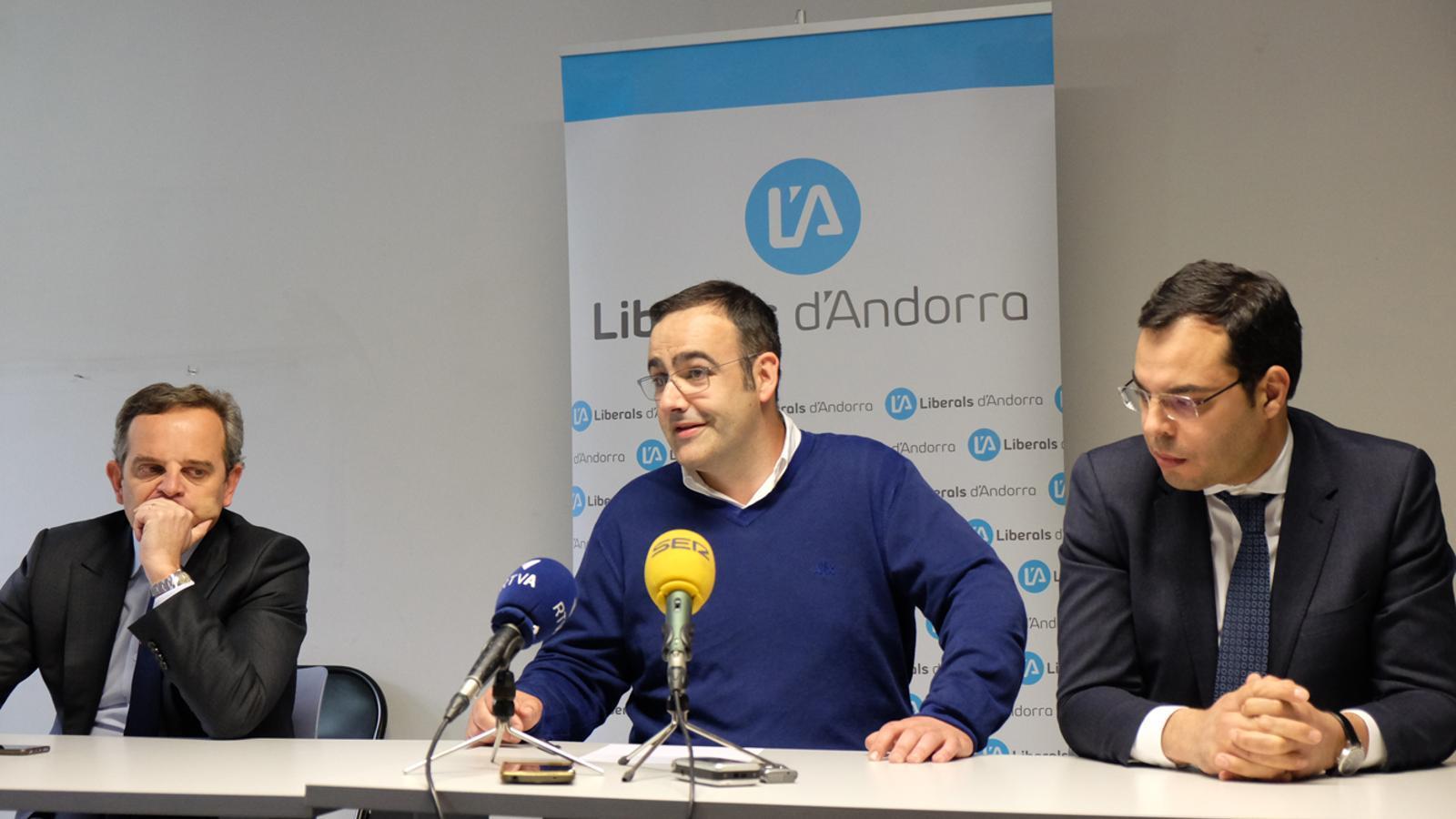 Valentí Martí, Amadeu Rossell i Manaan Aouraghe en roda de premsa. / M. T.