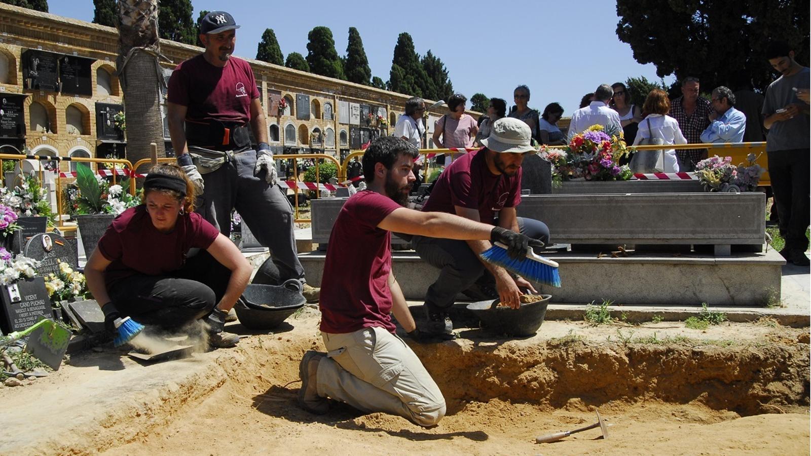 L'equip d'arqueòlegs durant l'inici de l'excavació.
