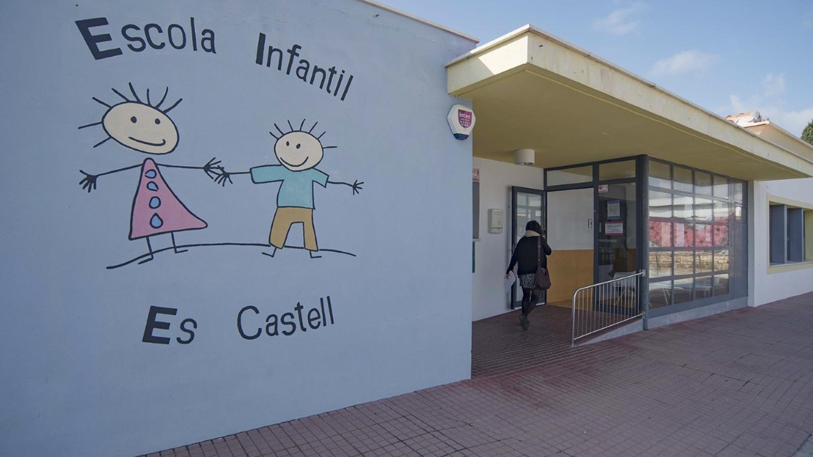 El centre educatiu municipal ha estat l'escenari d'aquest greu incident que ha provocat la indignació dels ciutadans d'Es Castell.