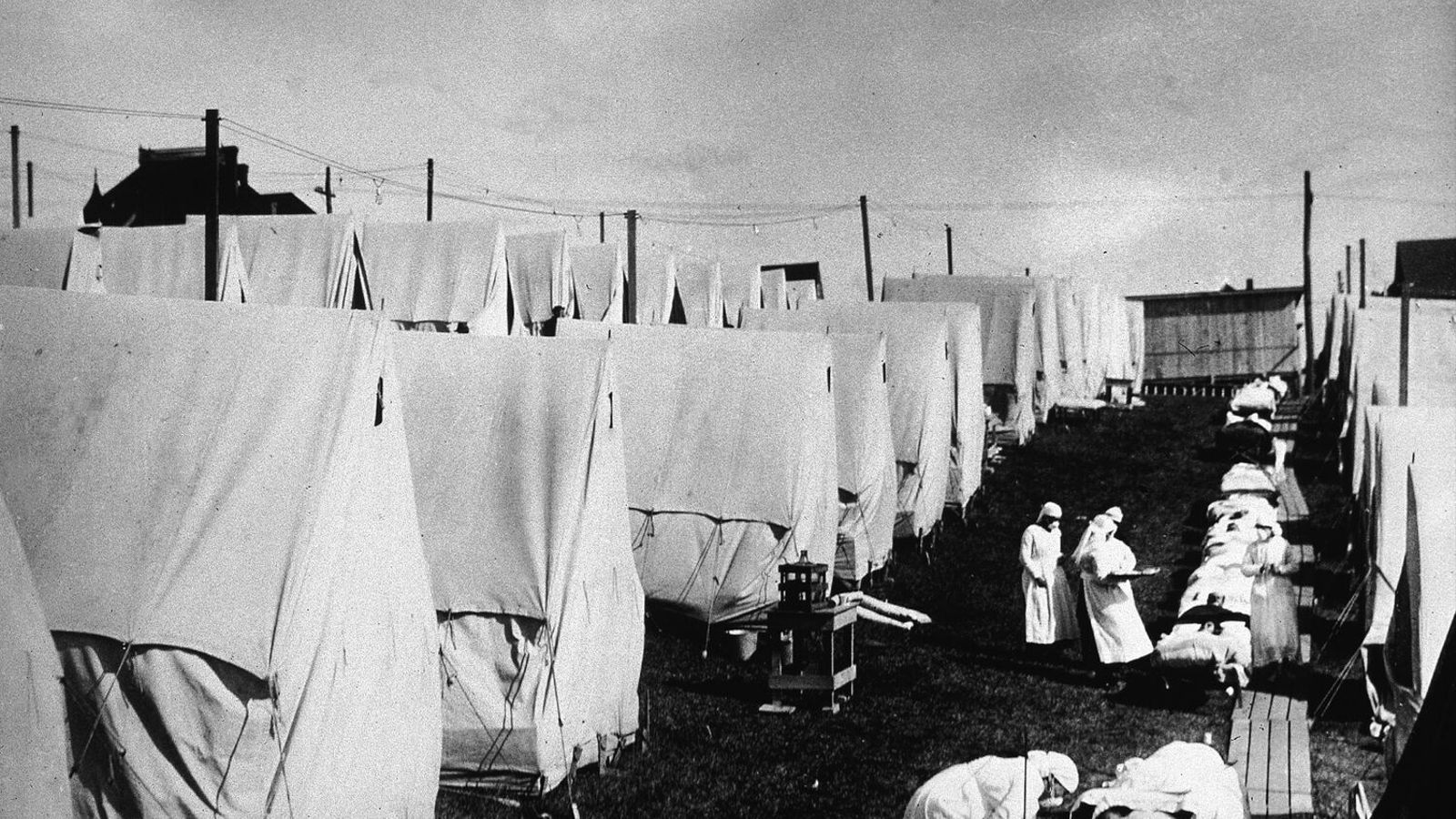 Infermeres atenent malalts de grip espanyola el 1918 a Massachusetts / Hulton Archive/Getty Images