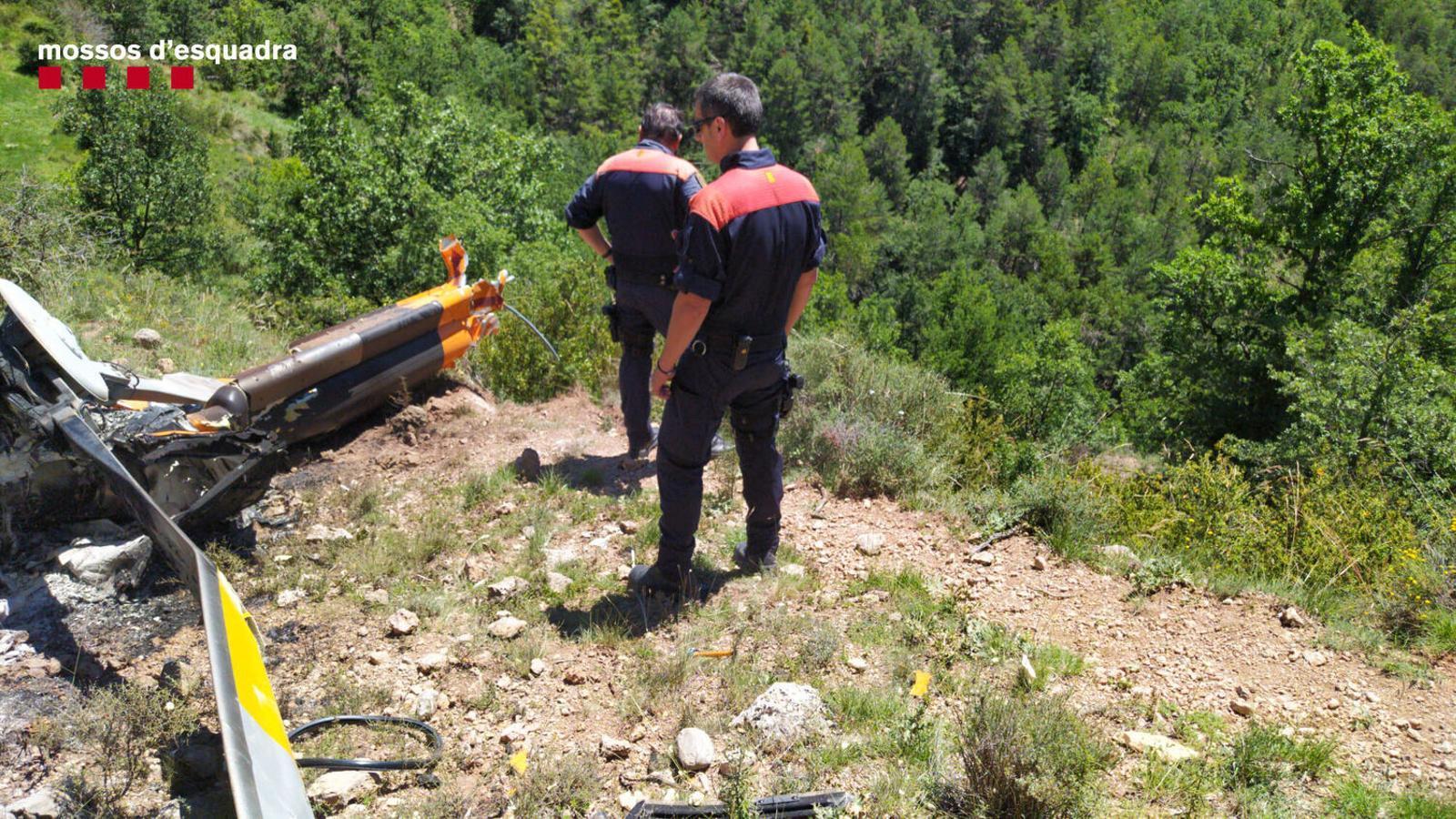 Dos agents dels Mossos al lloc de l'accident / MOSSOS D'ESQUADRA