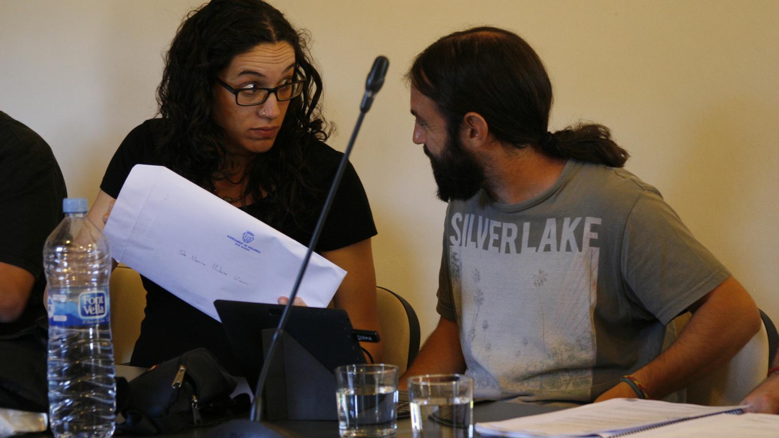 Els dos regidors d'Alternativa per Pollença, durant un plenari.
