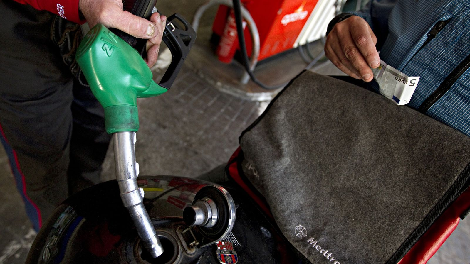L'augment del petroli també encareix els carburants / FRANCESC MELCION