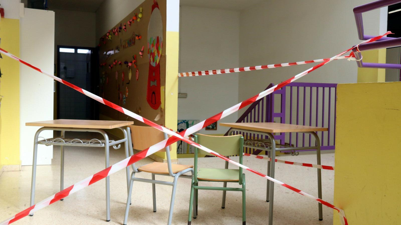 Pla general d'una zona de l'escola El Congost on per precaució no s'hi pot accedir.