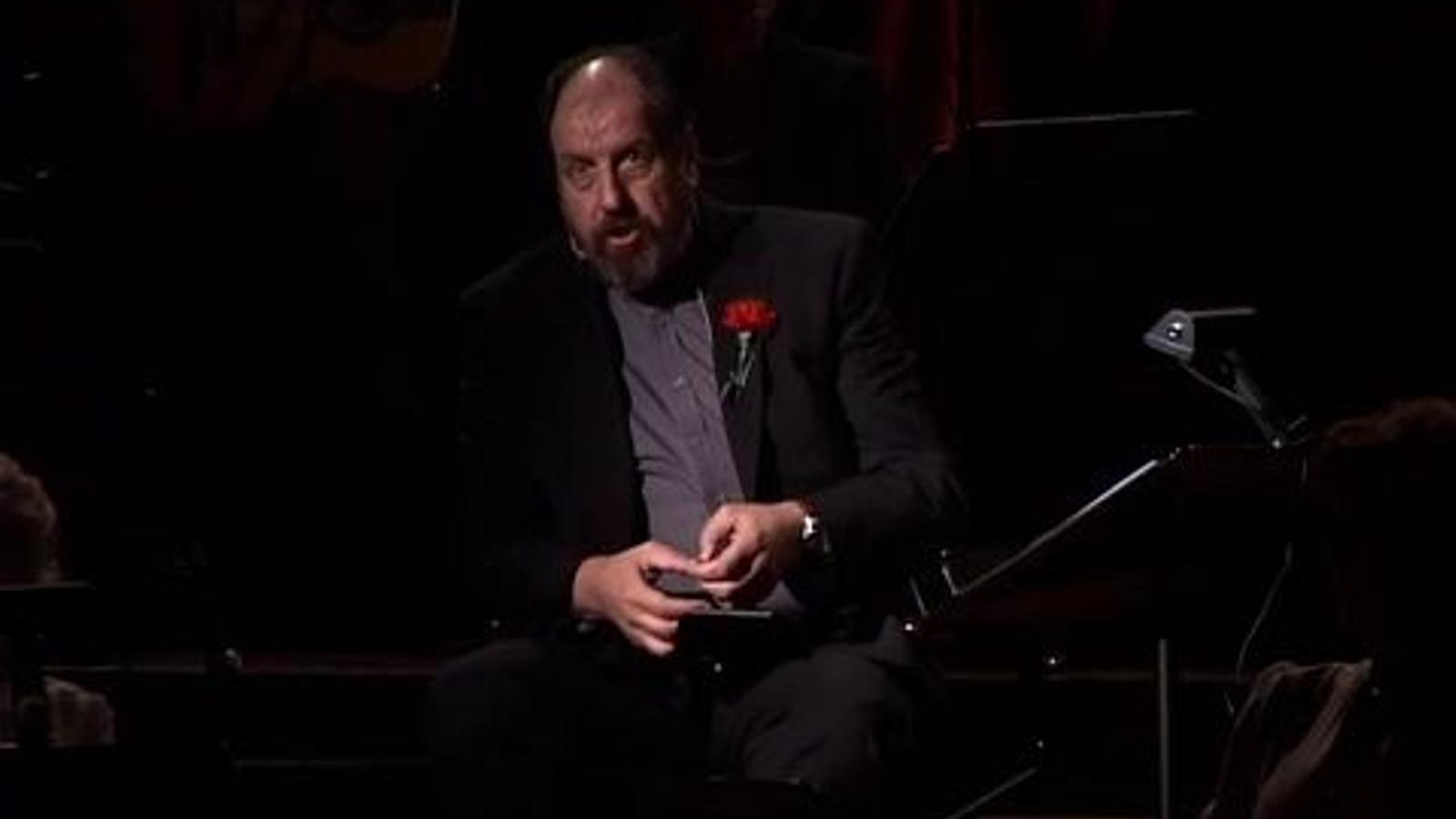 Josep Maria Pou llegeix un fragment d'una obra de Sagarra durant l'homenatge del poeta, dramaturg i periodista al Palau de la Música