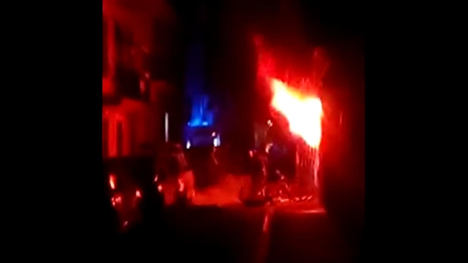 Les flames sortien dels baixos del bloc durant l'incendi a la Barceloneta
