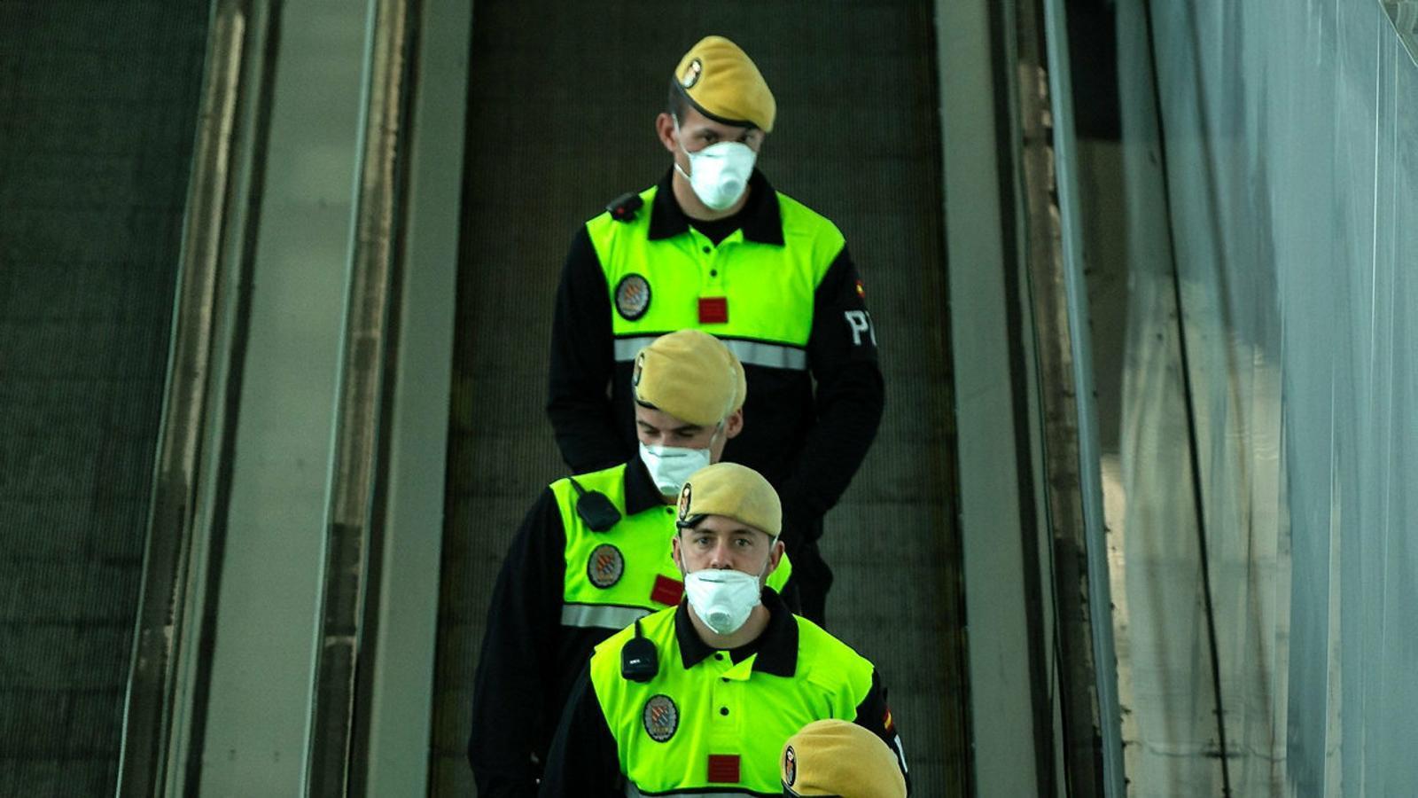 Efectius de la Unitat Militar d'Emergències (UME) de l'exèrcit espanyol divendres a l'aeroport del Prat, on van fer tasques de desinfecció de les instal·lacions.