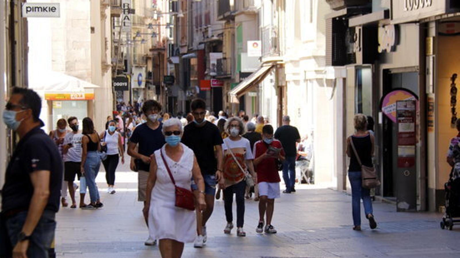 Ciutadans caminant pel carrer Major de Lleida, després que el Govern hagi decretat el confinament perimetral del Segrià