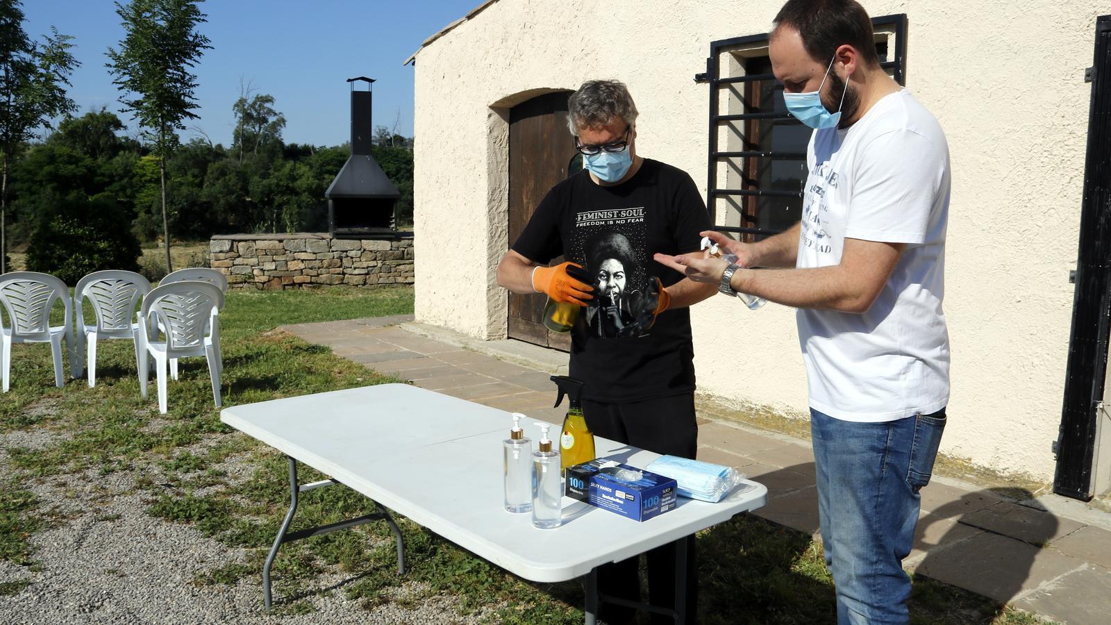 L'alcalde de Castellserà, Marcel Pujol, i l'actor Jordi Pedrós, preparant la taula amb els hidrogels desinfectants per al festival Desescal-ART