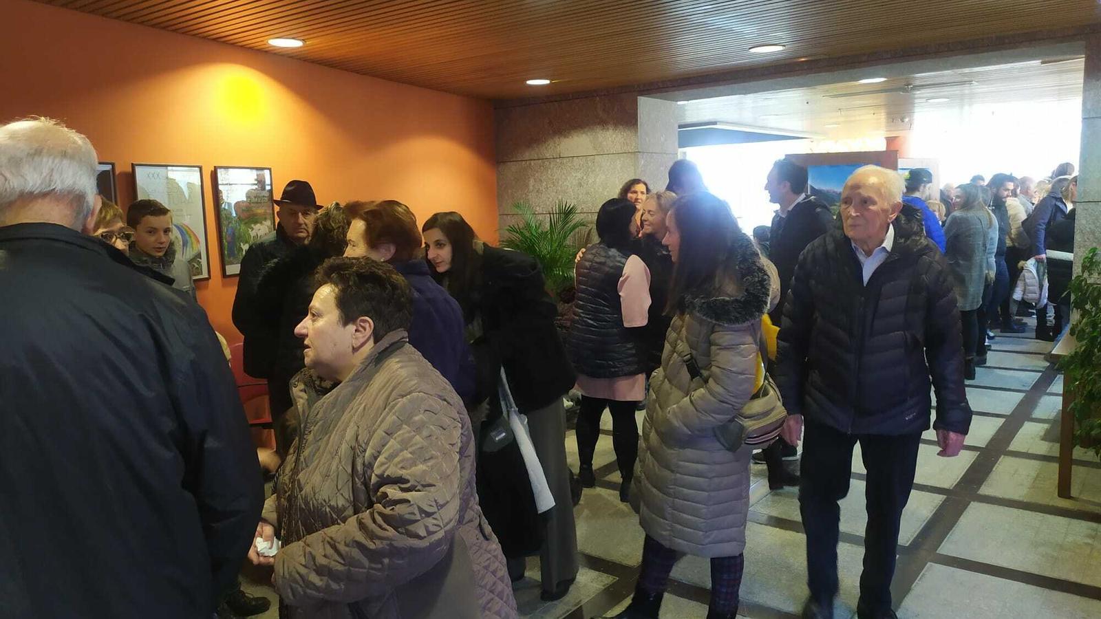 Votants a Canillo esperant per exercir el seu dret. / M. R. F.